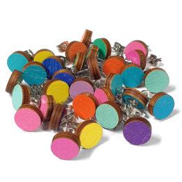 Koivuvanerista valmistetut pienet nappikorvikset kirkkaissa väreissä